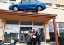 Soutěžící před SŠ automobilní Ústí nad Orlicí